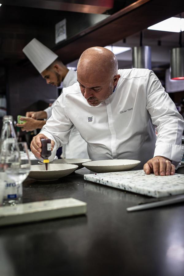 Olivier Nasti en cuisine au Chambard © DR