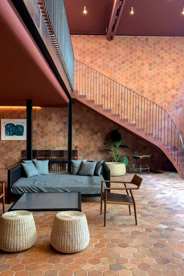 À l'étage de Maison, la cuisine s'ouvre sur une salle à manger aux espaces démesurées (comptoir, immense table d'hôtes, hauteur sous plafond) © MB / YONDER.fr