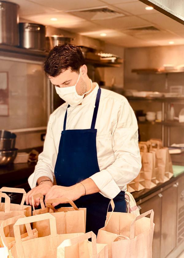 Le chef Julien Boscus (restaurant Origines) en pleine préparation des repas à emporter © EL / YONDER.fr