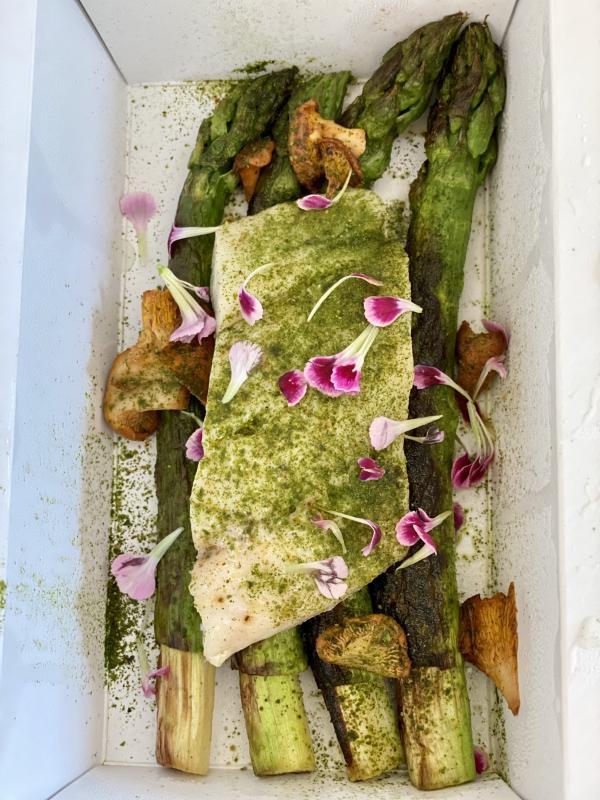 """Stéphane Pitré : """"Dos de maigre, asperges vertes grillées, beurre blanc au vinaigre de sakura"""", un grand plat © EL / YONDER.fr"""