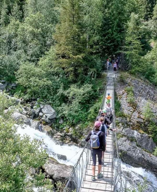 Le pont au dessus de la cascade du parc thermal © Boris Molinier