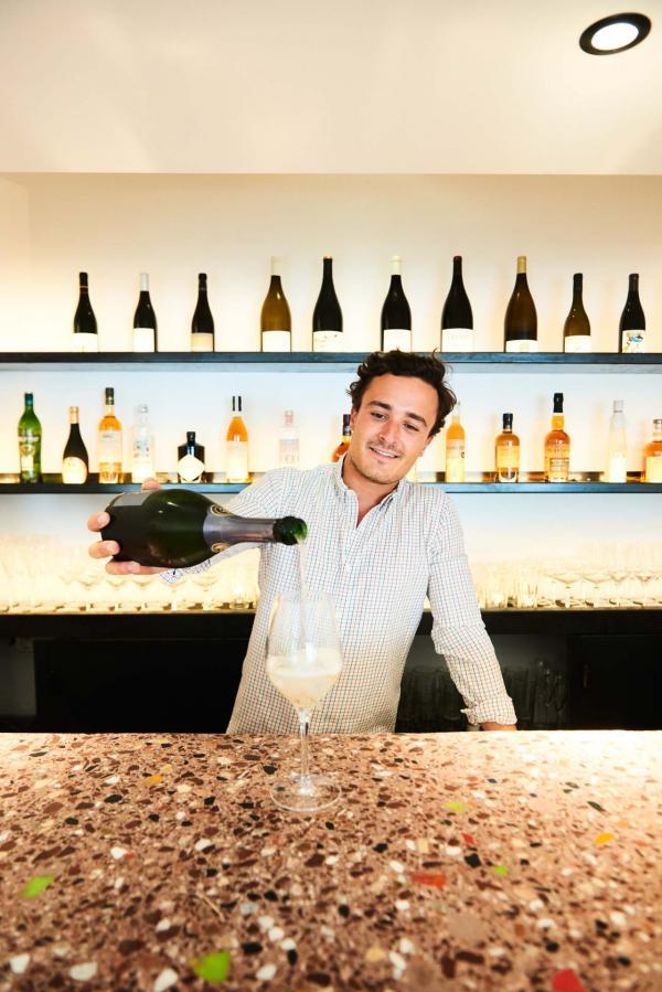 Marin Simon, le jeune directeur du restaurant, derrière le bar © Louis Laurent Grandadam