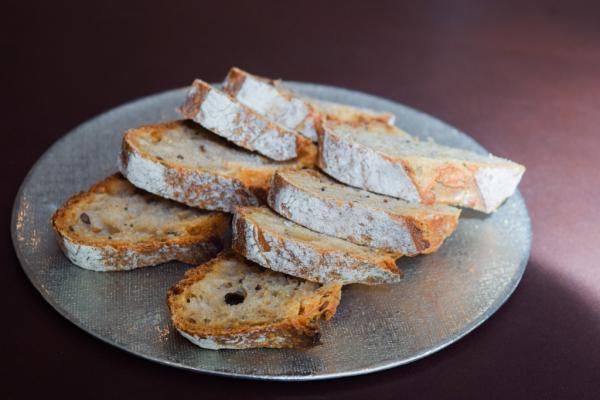 Le pain sur la table nous rappelle que William Ledeuil inscrit sa cuisine dans la lignée de la cuisine gastronomie française © Yonder.fr