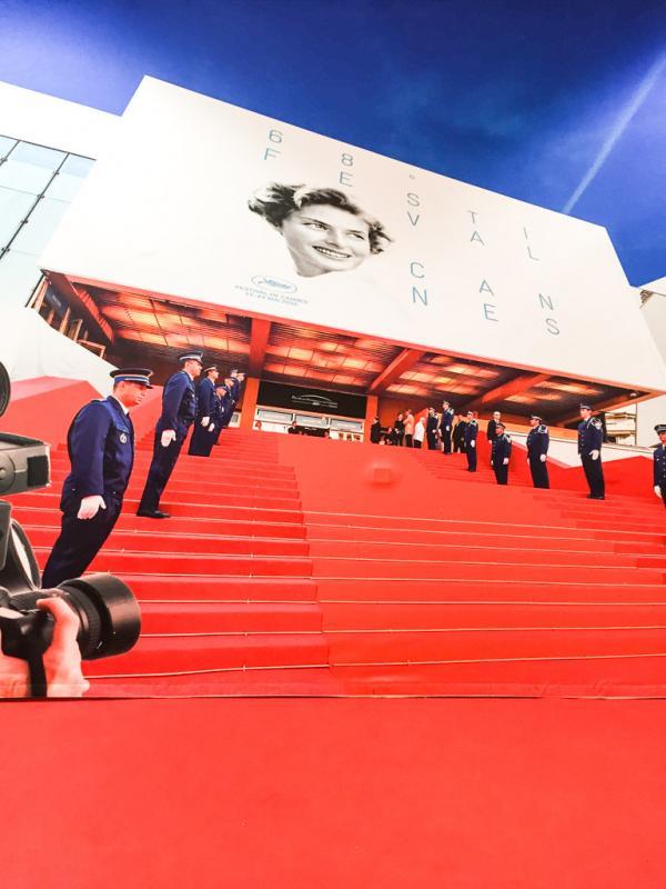 À l'office du tourisme, le tapis rouge sert de décor aux photos souvenirs © Yonder.fr