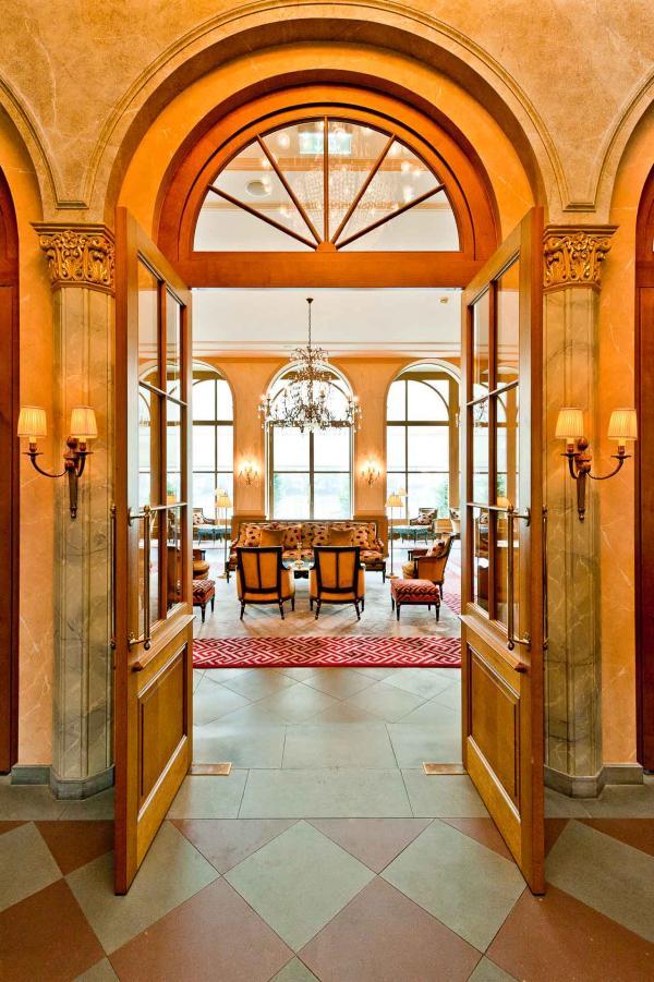 Bienvenue dans le décor fastueux du Grand Hôtel Les Trois Rois à Bâle © Les Trois Rois