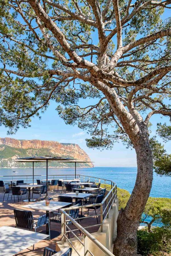 Vue sur le Cap Canaille depuis la terrasse du restaurant Les Belles Canailles © D. Delmas