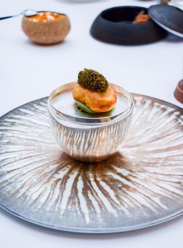 Caviar Kristal doré servi sur une pomme soufflée craquante, crème foisonnée d'extraits de crustacés en chaud et froid, bouillon toasté © YONDER.fr