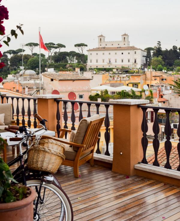Vue sur la Villa Médicis depuis la terrasse de l'hôtel © Yonder.fr