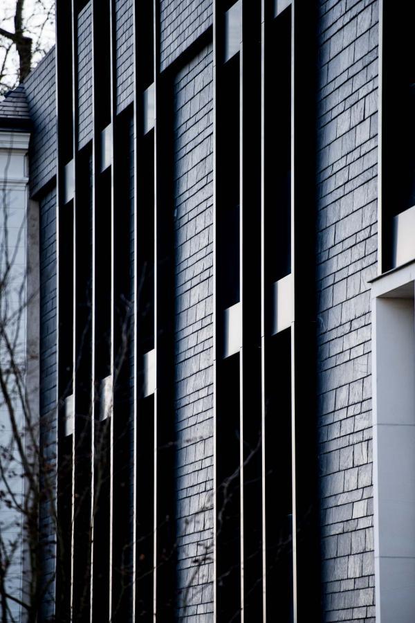Ardoises et fenêtres verticales sont l'une des signatures de la nouvelle façade de Jean-Michel Wilmotte © Anne-Emmanuelle THION