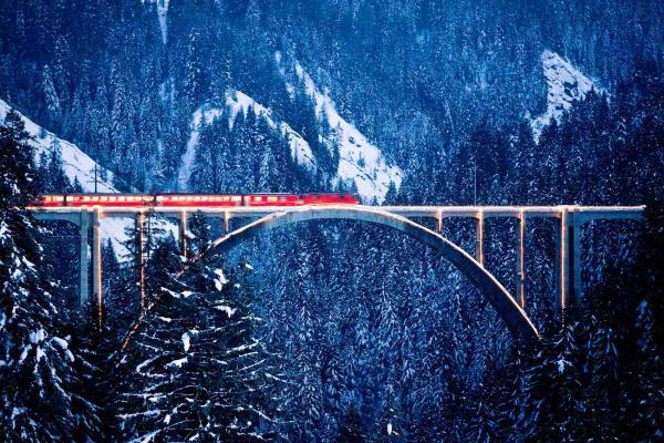 Train sur le Viaduc de Langwies, long de 284 mètres, dans le canton des Grisons © Rhaetische Bahn