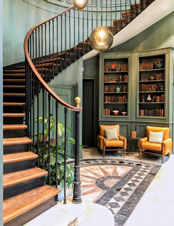 Cet escalier mène au Jacque's Bar, le bar à cocktail intimiste de l'hôtel © YONDER.fr