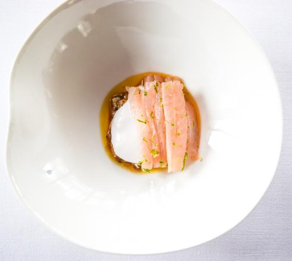 Soupe improbable de poissons fins (Lichettes de rouget citronnées sur glace à l'huile d'olive) © Yonder.fr