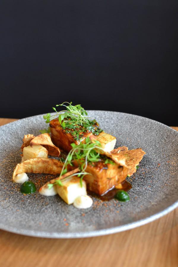 Poitrine de cochon caramélisée, mousseline de céleri rave, cacahuètes, condiment herbacé © Mélissa Leroux