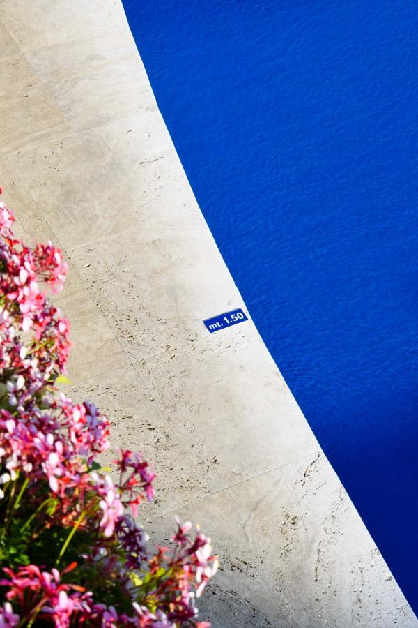 Au bord de la piscine, tout est bleu... © YONDER.fr