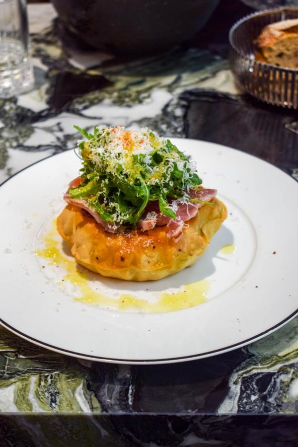 """""""Comme une pizza, de la pâte cuite sur la braise"""", à goûter absolument si vous réservez une table à Clover Grill © YONDER.fr"""
