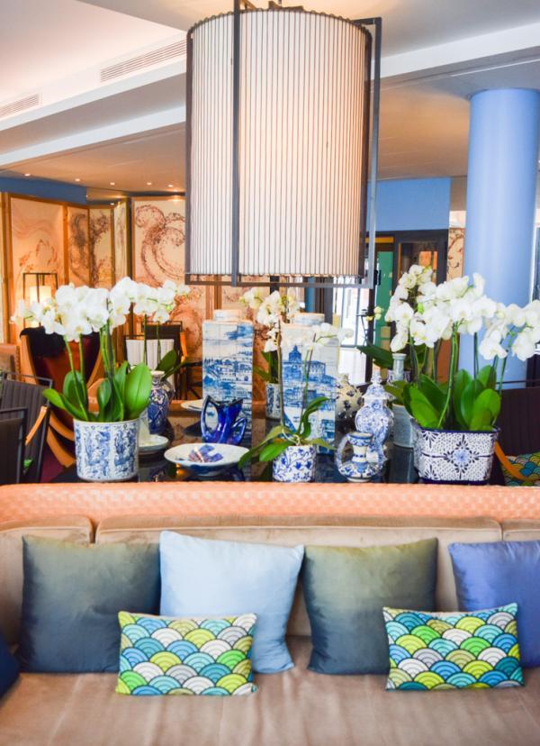 Collection de porcelaines chinées dans le monde entier dans le lobby de l'hôtel © Yonder.fr