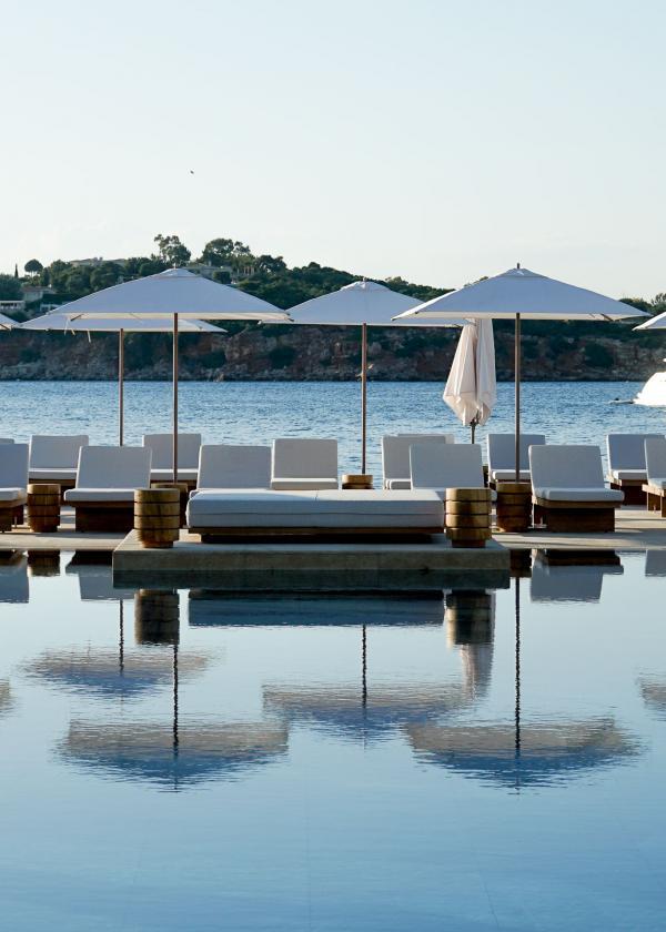 Au bord de la piscine principale du Four Seasons Astir Palace Hotel Athens (aile Nafsika) © YONDER.fr