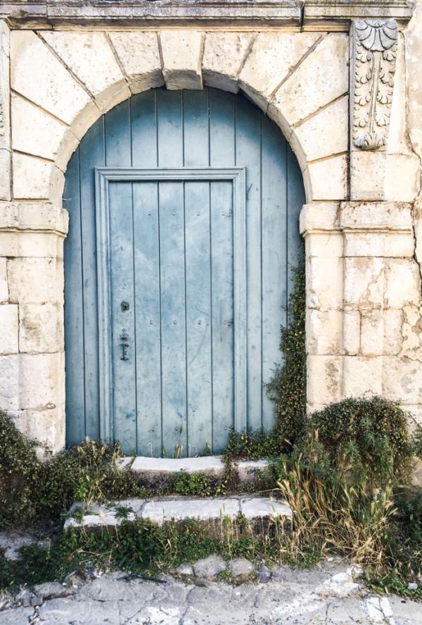 Décor typique des villages de l'Île de Ré : ici une porte à Saint-Martin © Yonder.fr