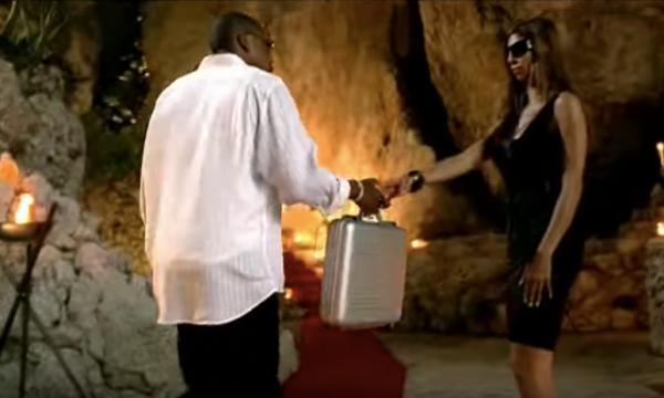 Jay Z remet une malette contenant la bouteille Armand de Brignac © VEVO / Capture d'écran du clip Show Me What You Got