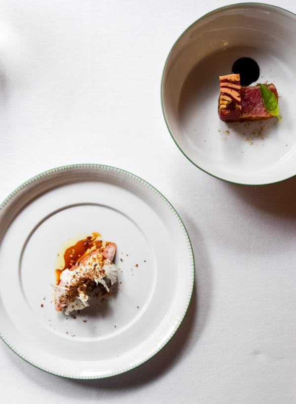 Amuse-bouches (Maquereau, chou-fleur, cœur de thon rouge ; Ventrèche de thon, bœuf, foie gras, jus à l'encre de seiche, basilic, tamarin) © Yonder.fr