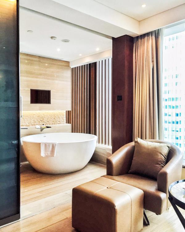 Vue sur la salle de bain depuis le coin salon de notre chambre Club Mandarin River View au 23ème étage © Yonder.fr
