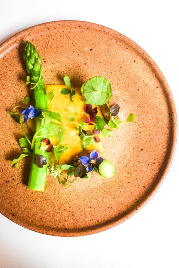 Asperge verte des Alpilles, mayonnaise oeuf cuit à basse température, tartare de veau de lait © Yonder.fr