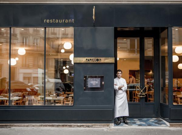 Christophe Saintagne pose devant son restaurant © Pierre Monetta
