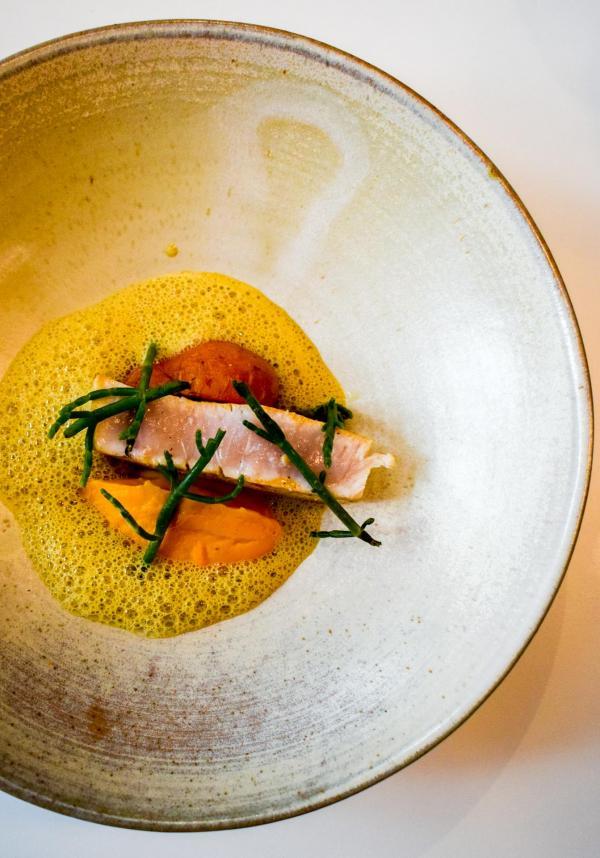 - Espadon, jus de moule, salicorne et carottes © YONDER.fr