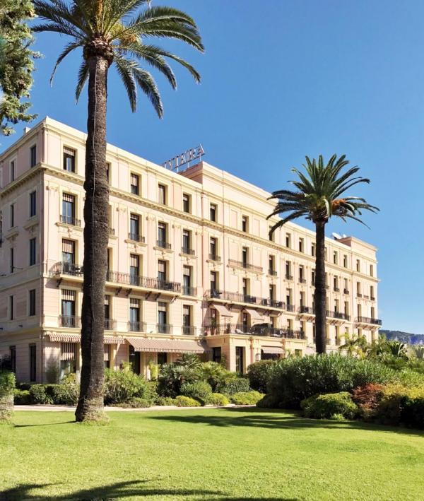 La façade du Royal Riviera, l'un des deux hôtels 5-étoiles de Saint-Jean-Cap-Ferrat et définitivement l'une des plus belles adresses de la Côte d'Azur © Yonder.fr