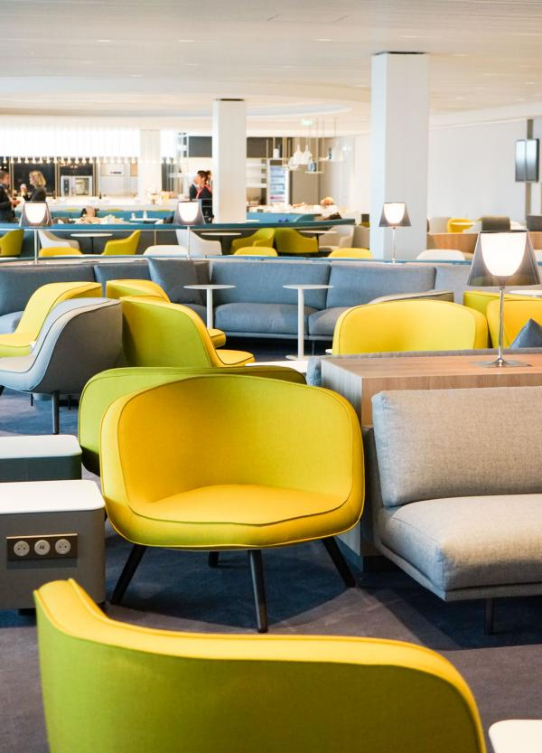Design contemporain coloré et chaleureux côté lounge © YONDER.fr