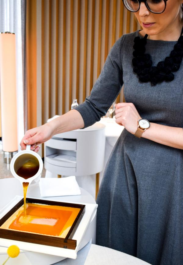 Le service de l'omble, délicatement plongé dans une enveloppe de cire chaude © YONDER.fr