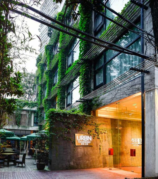 L'entrée de l'hôtel URBN, dans une cour intérieure arborée © URBN