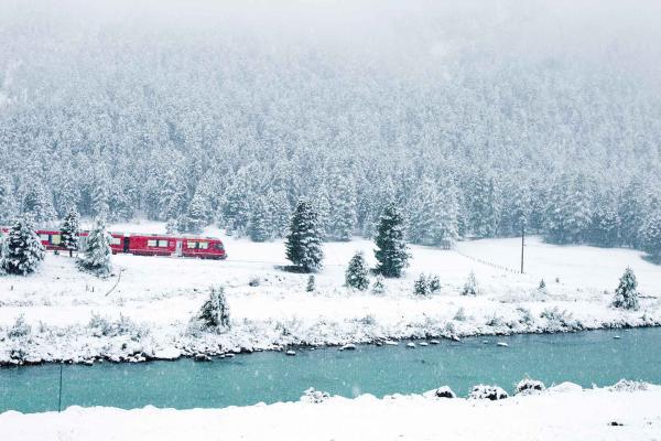 Par tous les temps, les trains suisses parcourent le pays, comme ici près de la forêt de la Stazerwald © Rhaetische Bahn
