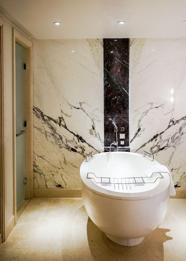 La salle de bain d'une chambre du Four Seasons Hotel Moscow © YONDER.fr
