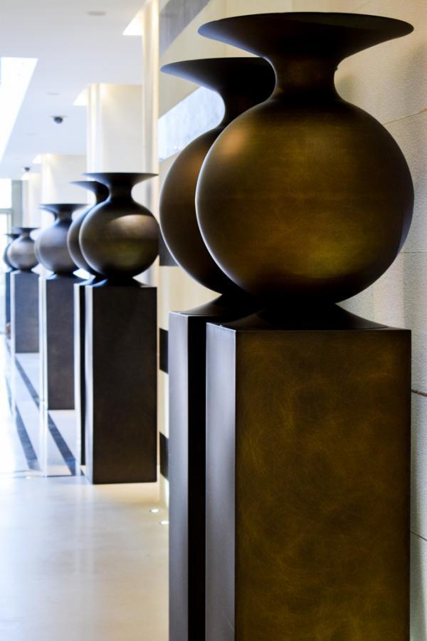 Vases monumentaux comme des amphores dans le lobby © YONDER.fr