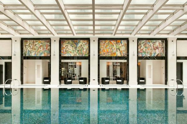 La piscine baignée de lumière naturelle du du Four Seasons Hotel Moscow © Four Seasons
