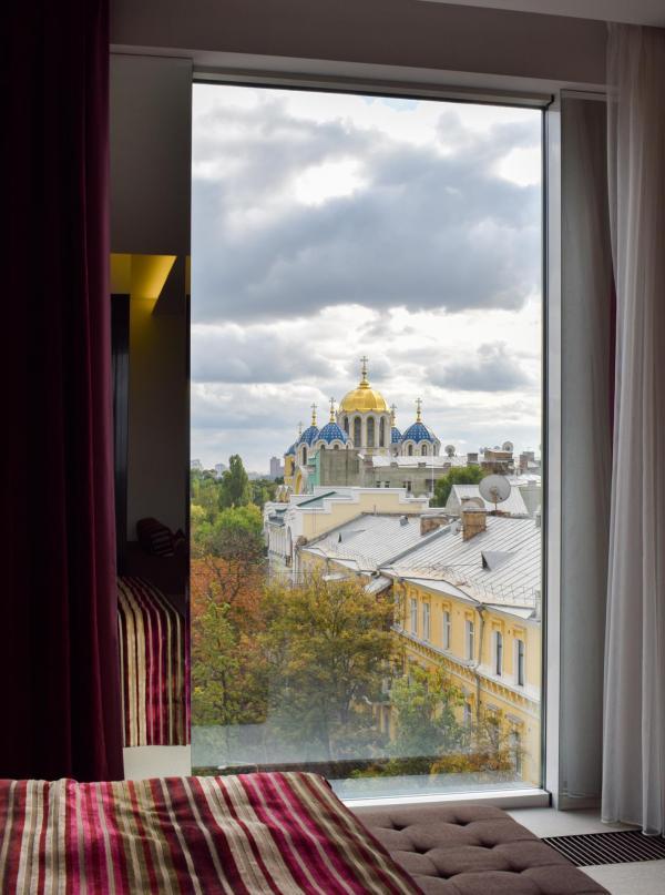 Vue sur la Cathédrale Saint-Volodymyr depuis le lit de la chambre 603 © YONDER.fr