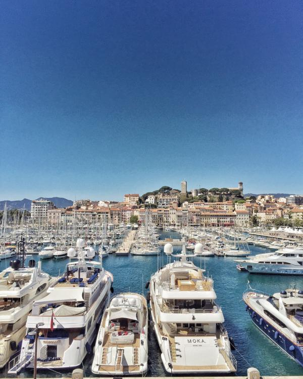 Yachts dans le Vieux-Port de Cannes. En arrière plan, la colline du Suquet (la vieille ville) © Yonder.fr