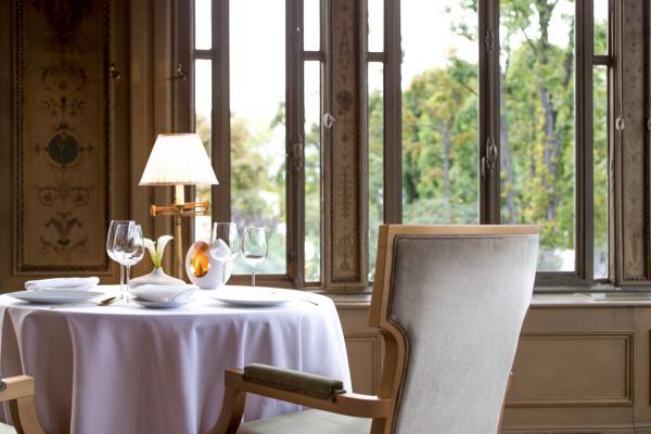 Dans la salle à manger cossue du Pavillon Ledoyen. En attendant la rénovation massive attendue du restaurant © Philppe Vaures