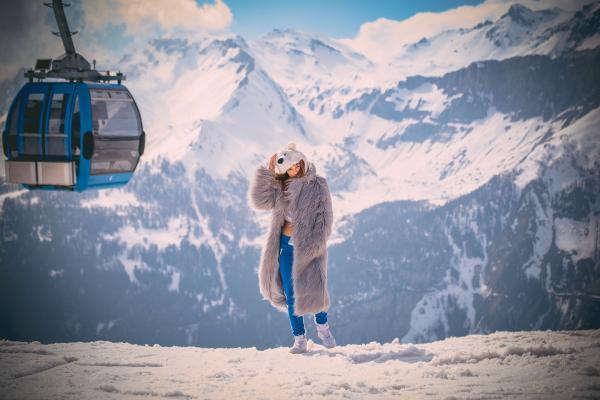 Une festivalière pose devant le paysage alpin au sommet de la montagne où la scène MDRNTY a élu résidence © David Holderbach