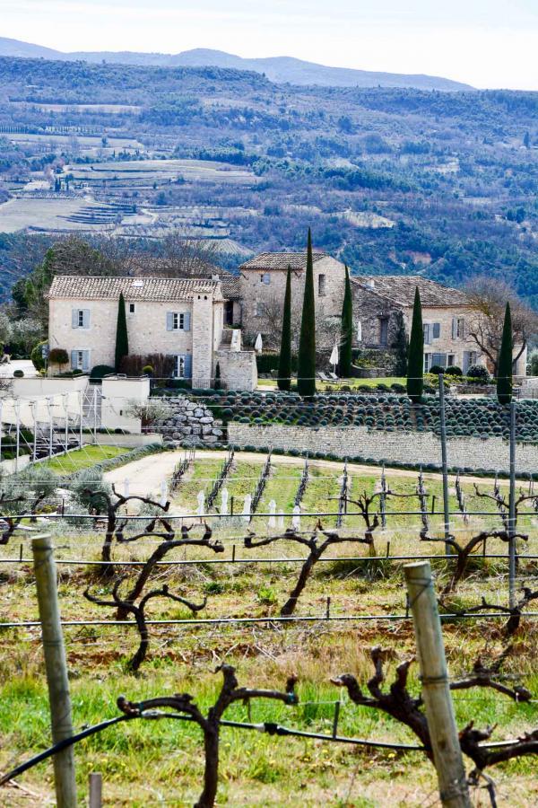 Coquillade Village se situe sur une colline qui domine la plaine et fait face au massif boisé du Luberon © Emmanuel Laveran