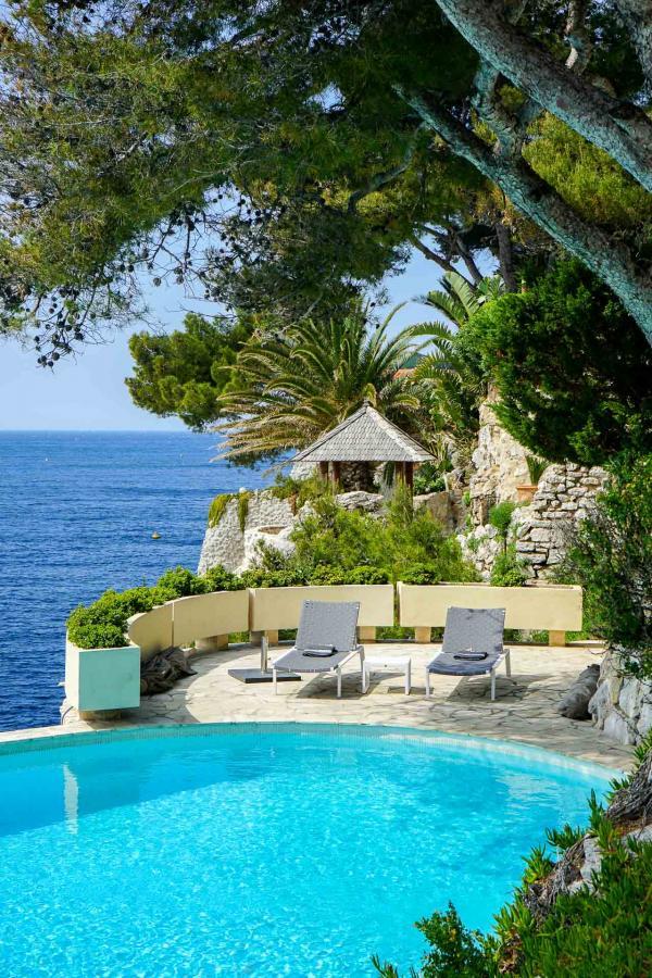 La piscine originelle, couleur turquoise, des Roches Blanches © YONDER.fr