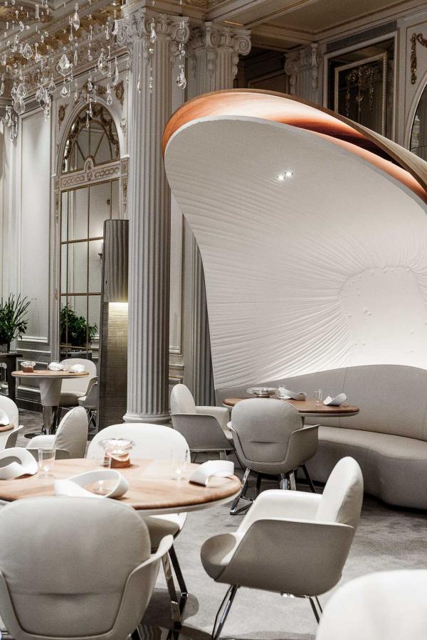La salle à manger contemporaine du restaurant Alain Ducasse au Plaza Athénée © Pierre Monetta
