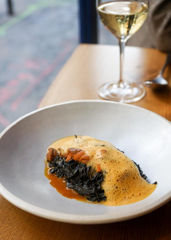 L'Oursin ; Linguine à l'encre de seiche, jus de carottes aux épices © YONDER.fr