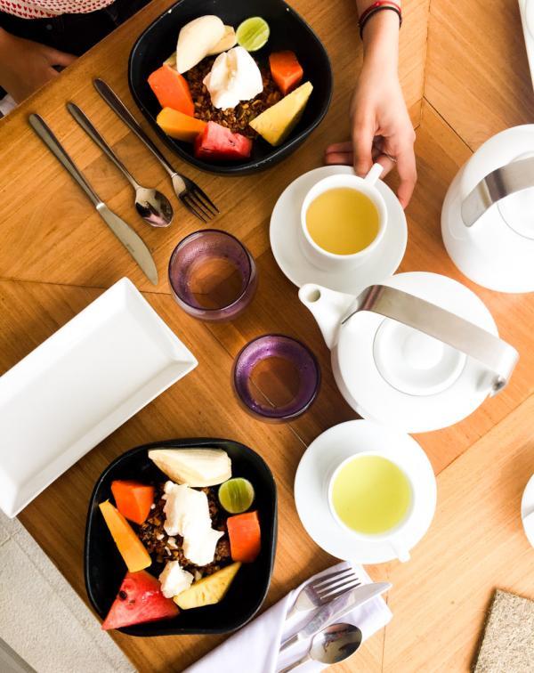Le petit-déjeuner commence toujours avec un curd, yaourt sri lankais, accompagné de fruits frais © Constance Lugger