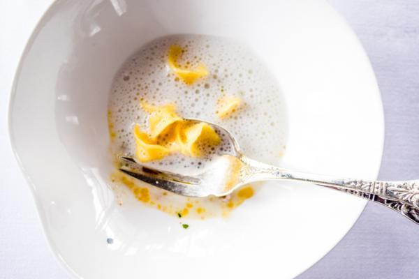 Soupe improbable de poissons fins (Petites ravioles « cappelleti » beurrées) © Yonder.fr