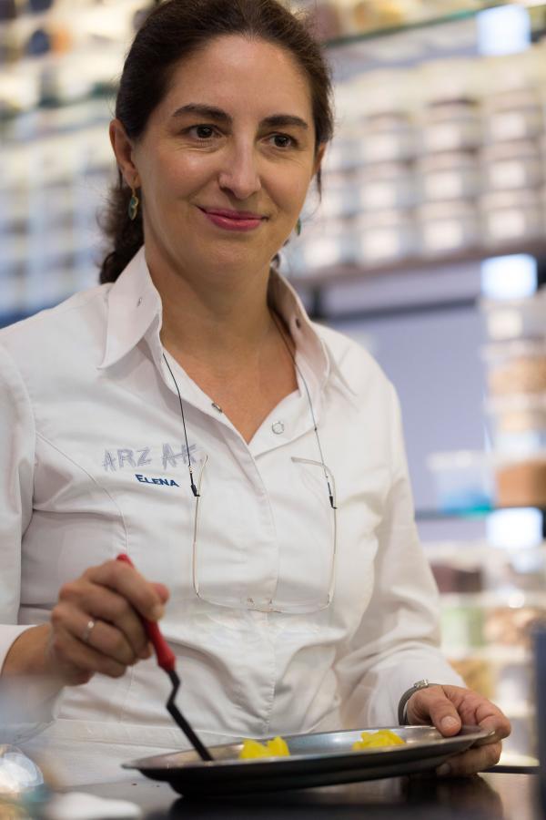"""Elena Arzak dans le """"lab"""" du restaurant © Coconut"""