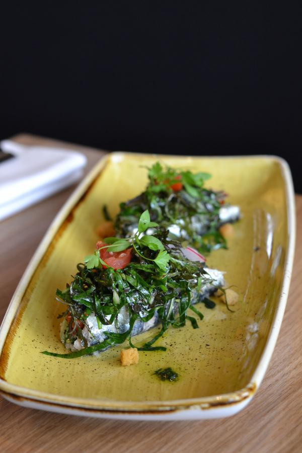 Sardines farcies aux blettes, tomates confites, pesto de basilic © Mélissa Leroux