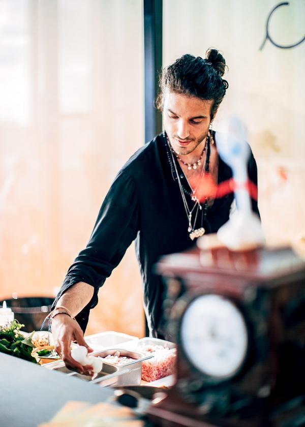 Le chef Julien Sebbag a imaginé la cuisine végétarienne à la carte de Créatures © Saint-Ambroise