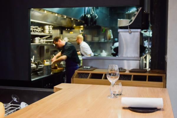 Il est possible de s'installer au bar pour déjeuner / dîner et ainsi profiter de la vue sur la cuisine © Yonder.fr